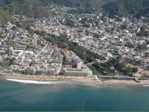 Puerto Vallarta desde el aire, paisaje de pueblo, montaña y mar